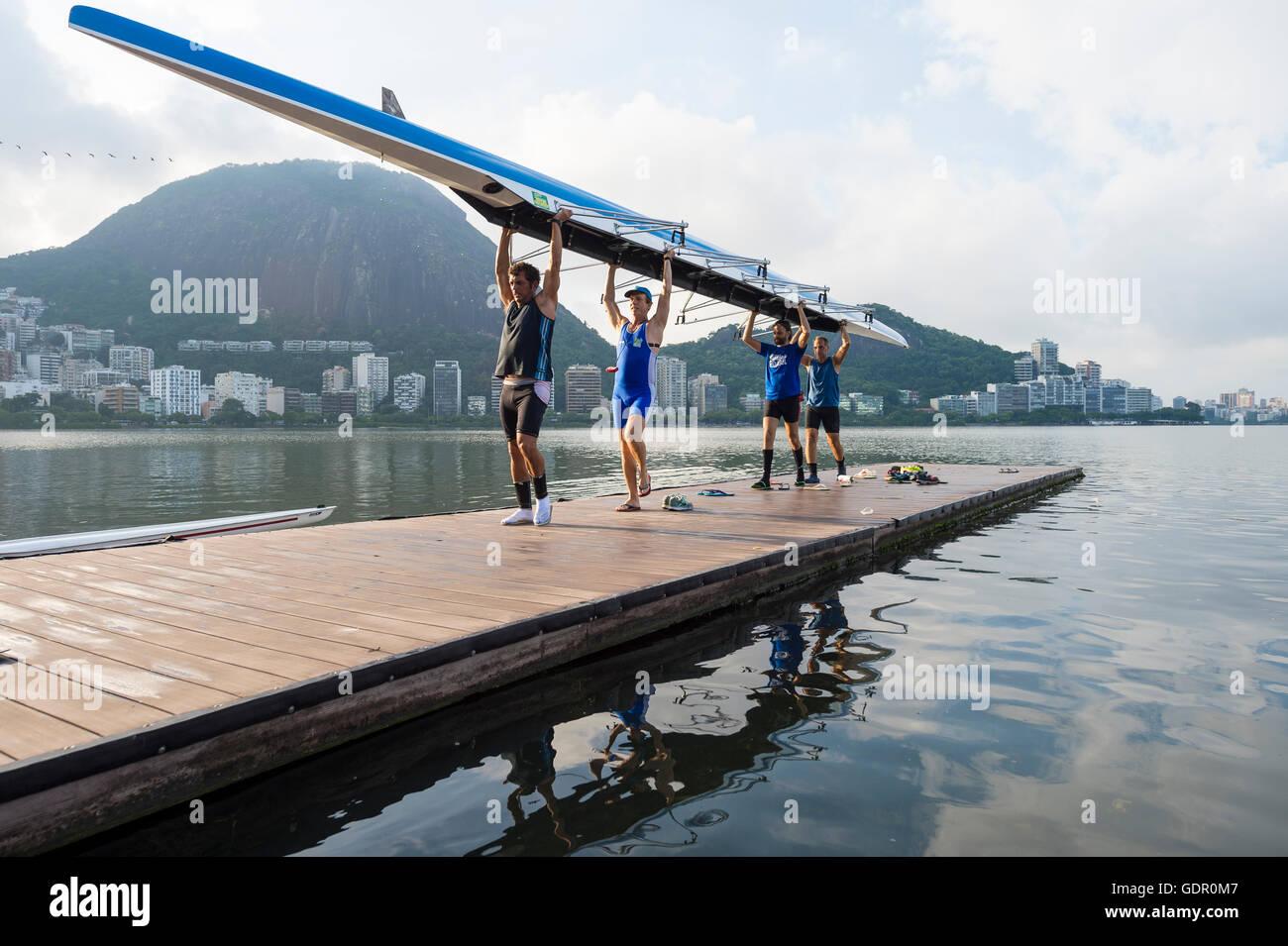 RIO DE JANEIRO - 1 avril 2016: Les membres de l'Aviron Club Vasco da Gama transporter leur bateau dans le clubhouse Banque D'Images