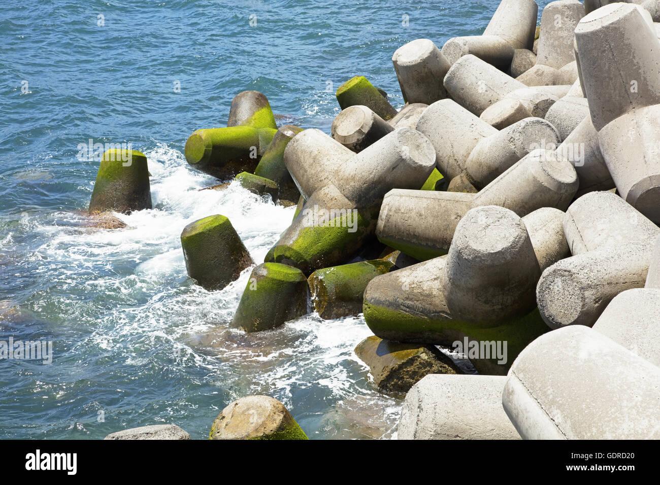 Les tétrapodes de béton forment un brise-lames Photo Stock