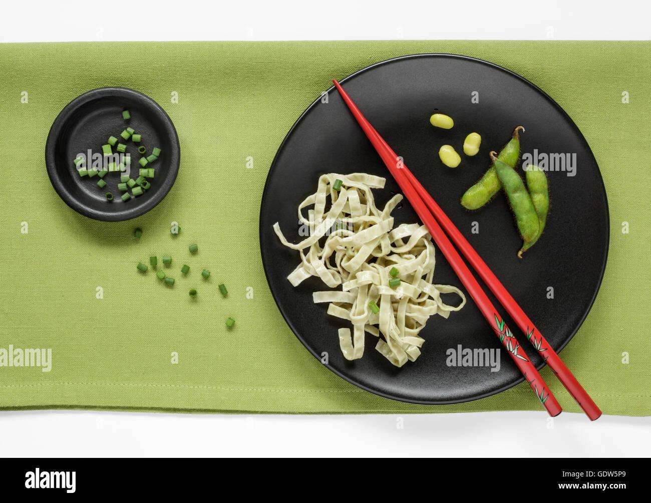 Haricots Edamame Fettuccine et Edamame Beans frais garni de ciboulette Photo Stock