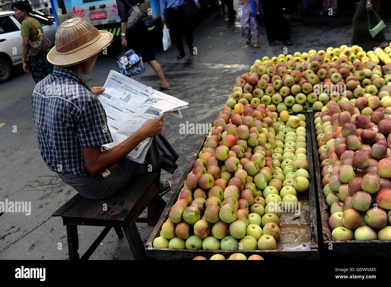 Vendeur Apple à Yangon Photo Stock