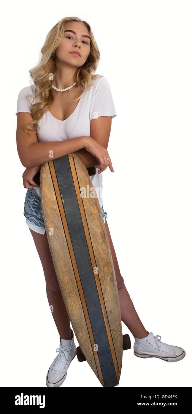 Belle fille blonde portant une chemise blanche et jean shorts s'appuyant sur roulettes sur fond blanc. Photo Stock