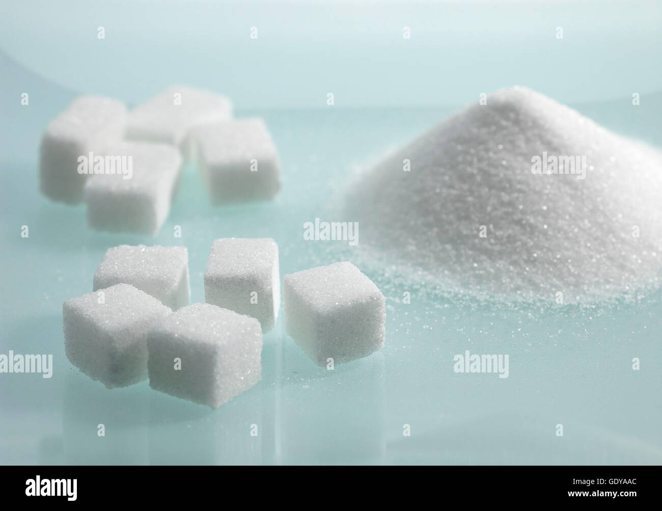 Granulé et Cubes de sucre blanc dans le panier Photo Stock