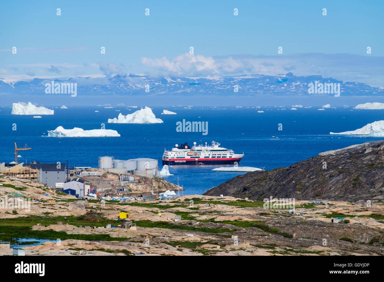 Vue sur Ville chien de croisière Hurtigruten MS Fram navire amarré au large entre les icebergs dans la baie de Disko, sur la côte ouest de l'Arctique. Groenland Ilulissat Banque D'Images