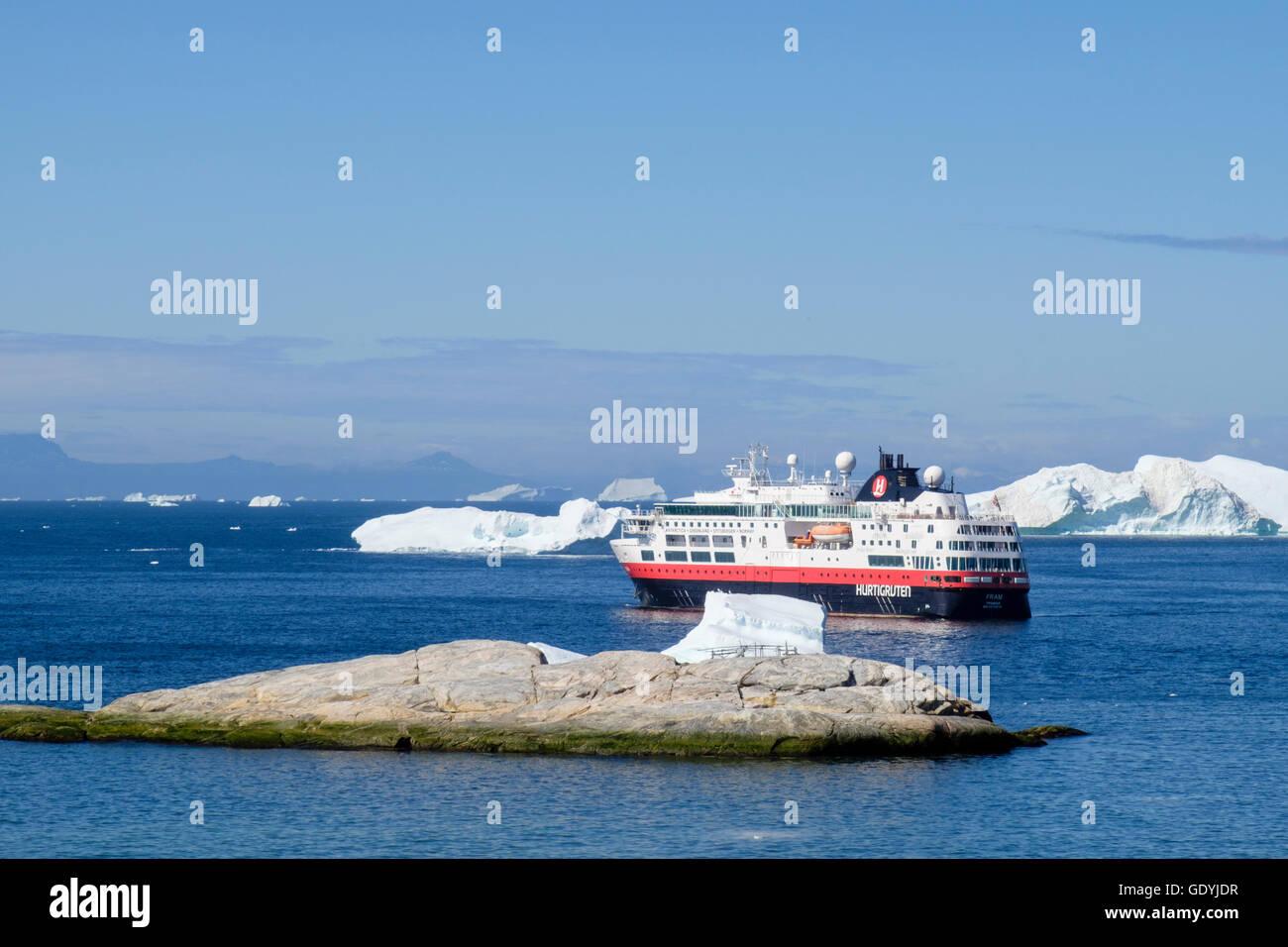 Mme Hurtigruten Fram expedition explorer bateau de croisière amarré au large entre les icebergs dans la baie de Disko, sur la côte ouest à l'été 2016. Ilulissat, Groenland. Banque D'Images