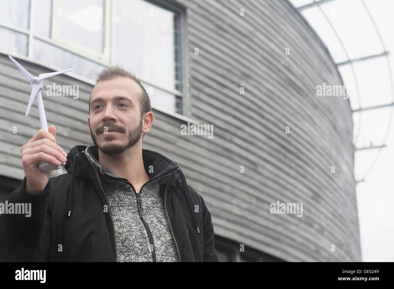 Ingénieur mâle à la recherche de modèle de moulin dans la ville de Freiburg im Breisgau, Bade Photo Stock