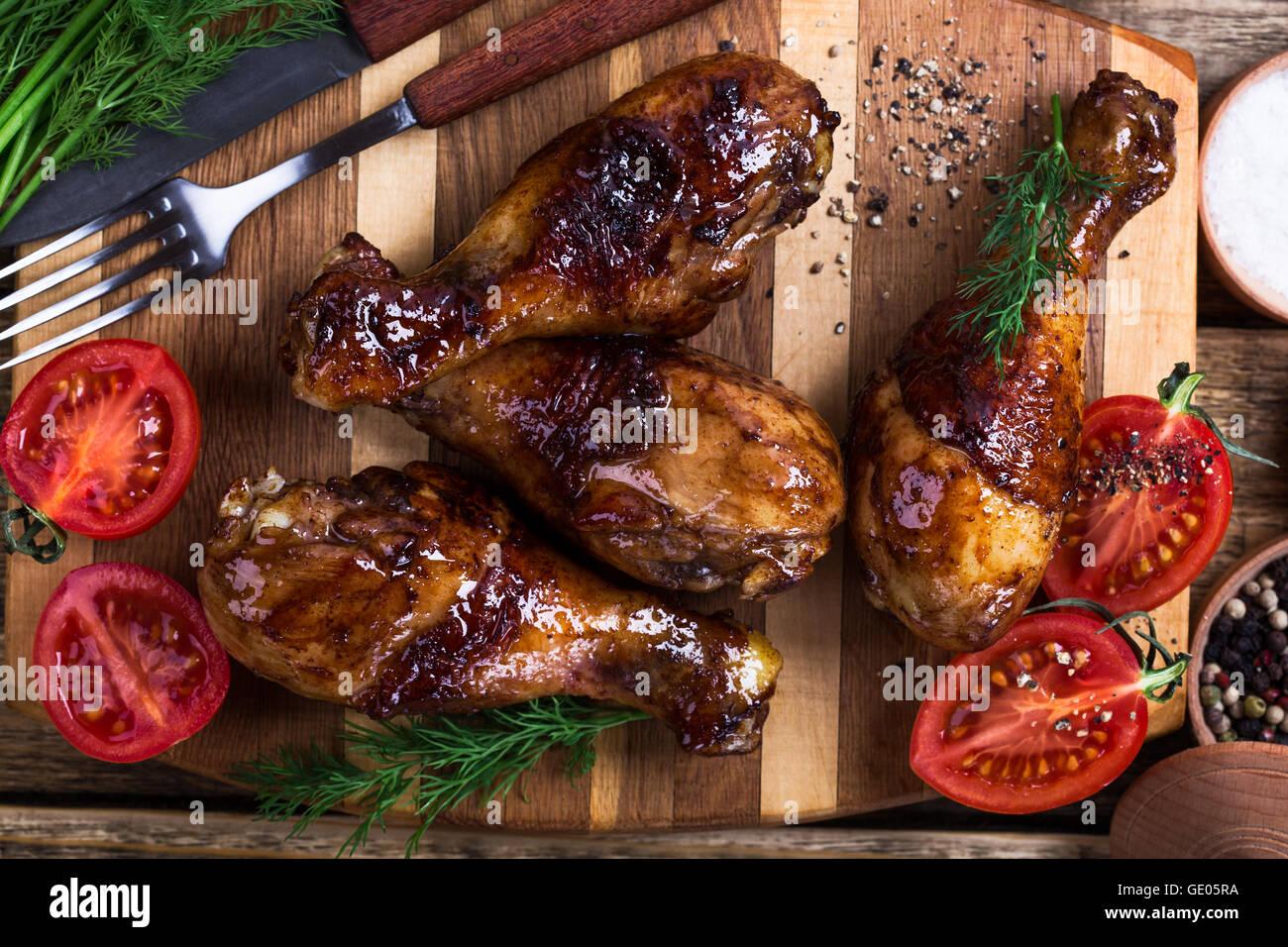 Cuisses de poulet rôti maison rustique sur planche en bois (vue de dessus Photo Stock