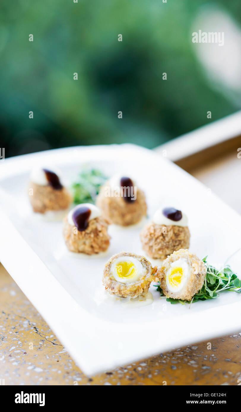 Du porc pané et oeuf de caille gourmet cuisine moderne sophistiqué starter Snack food Photo Stock