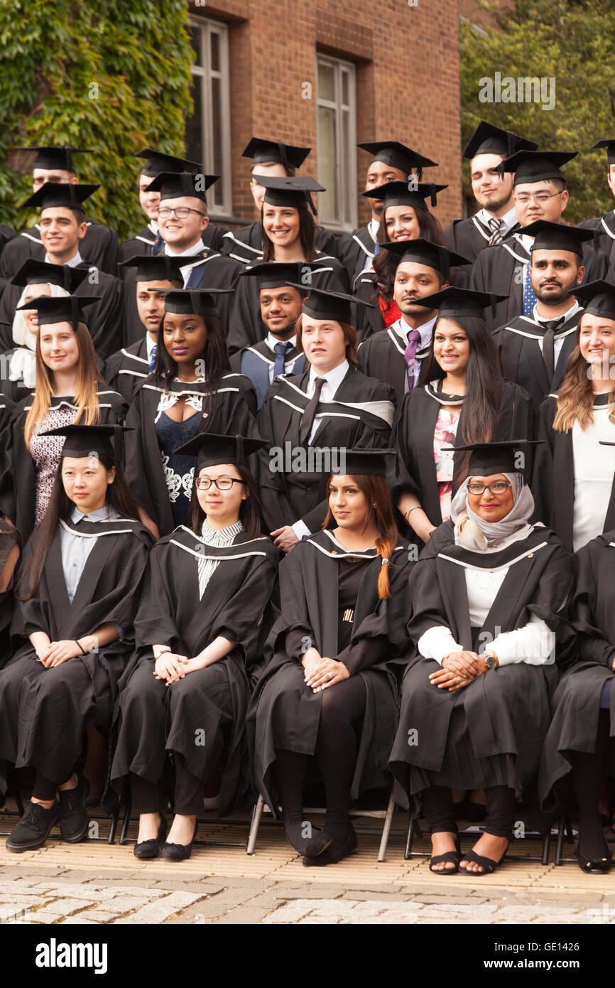 Les diplômés de nombreuses cultures différentes qui sortent de l'université de Birmingham, Photo Stock