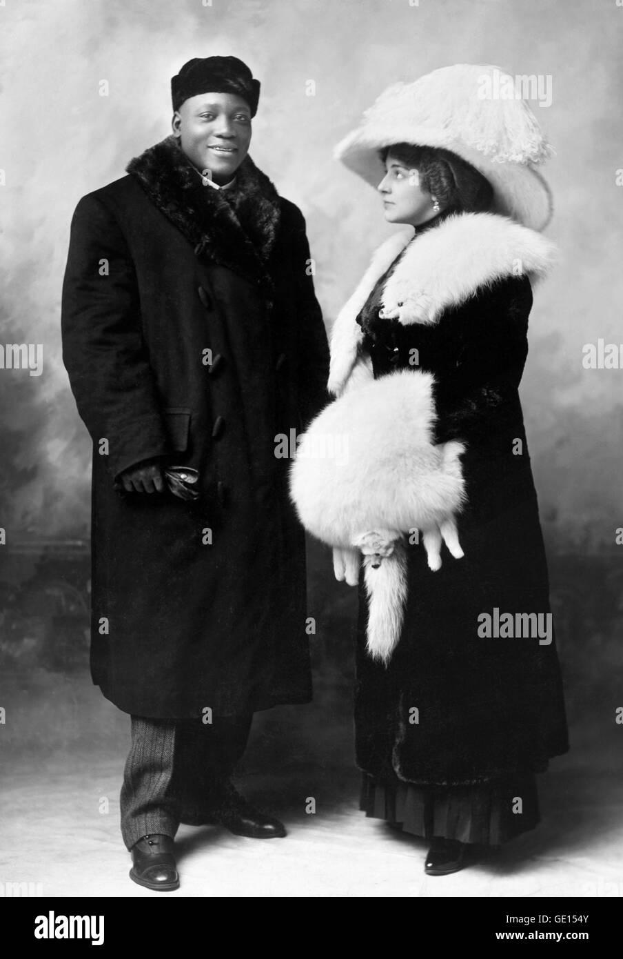 Jack Johnson, boxeur poids lourd. Portrait de John Arthur 'Jack' Johnson (1878-1946), avec son épouse Photo Stock