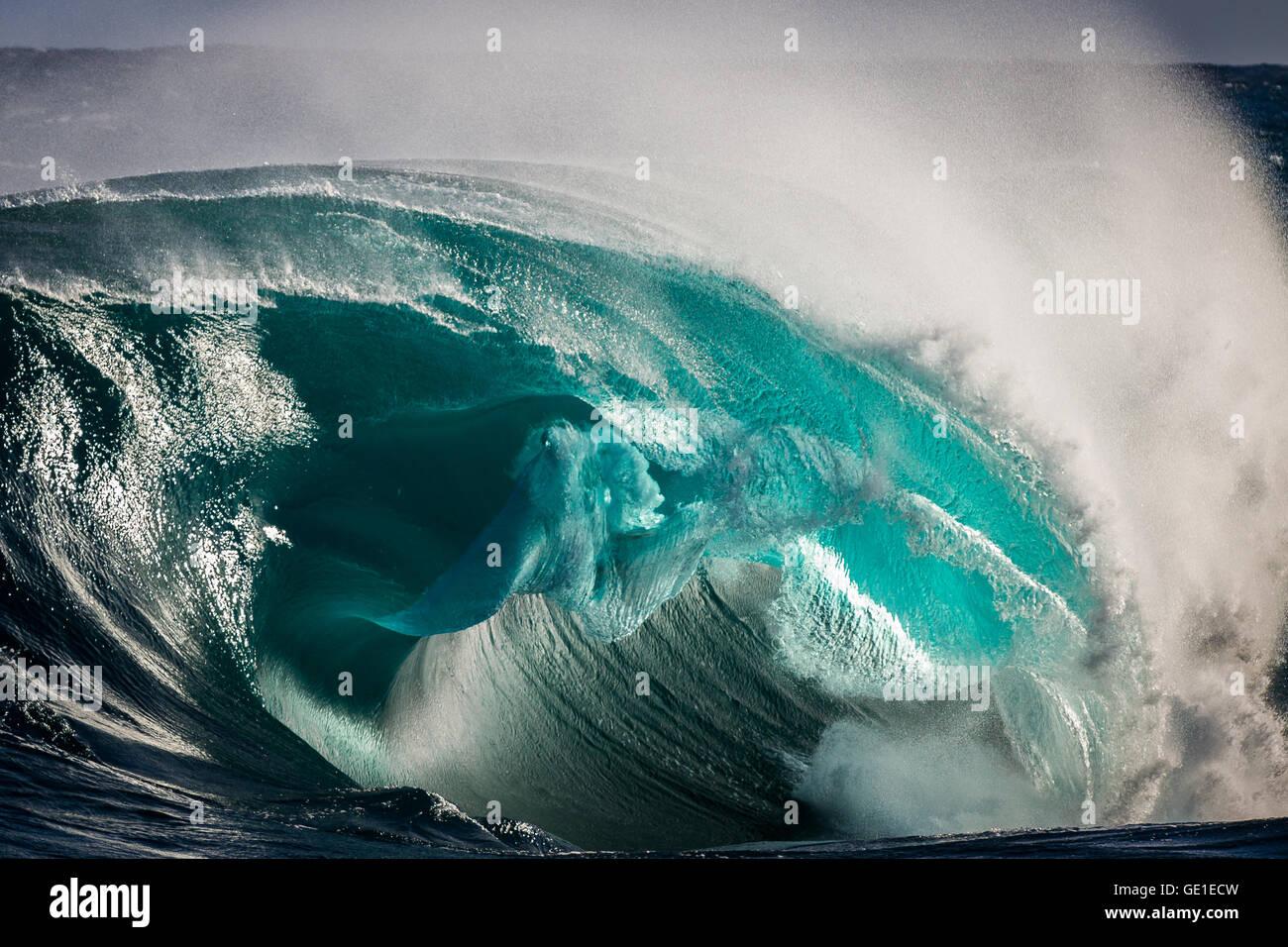 Déferlement des vagues sur le récif peu profond, Kiama, Australie Photo Stock