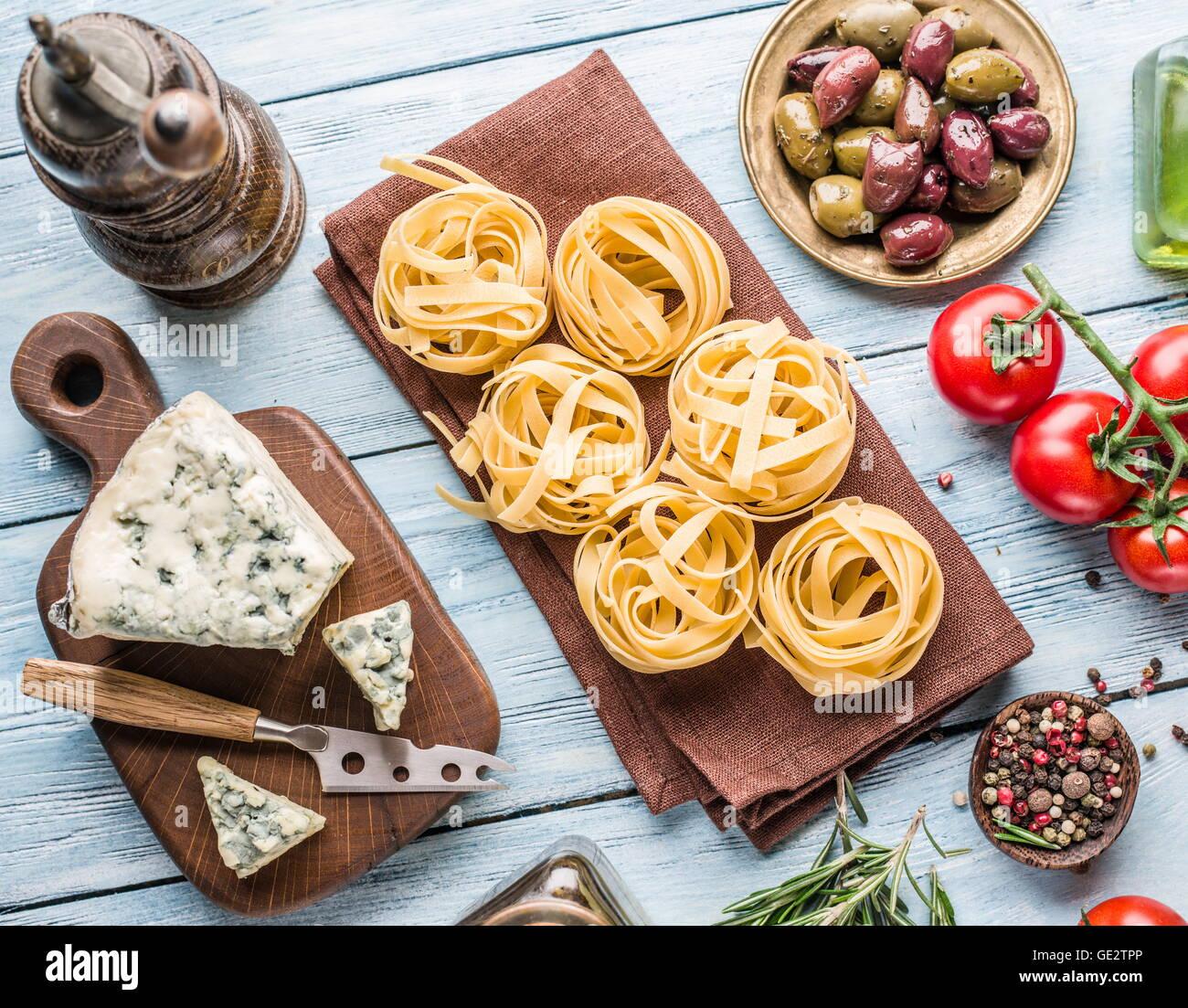 Ingrédients pâtes. Les tomates cerise, les pâtes spaghetti, de romarin et d'épices sur la Photo Stock