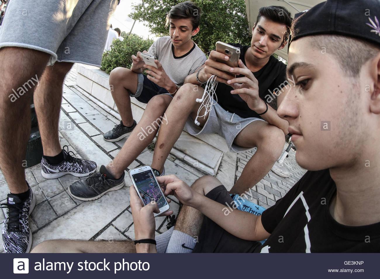 Patras, Grèce. 22 juillet, 2016. Pokemon Rendez joueurs jouant leur jeu favori lors de leur première réunion Photo Stock