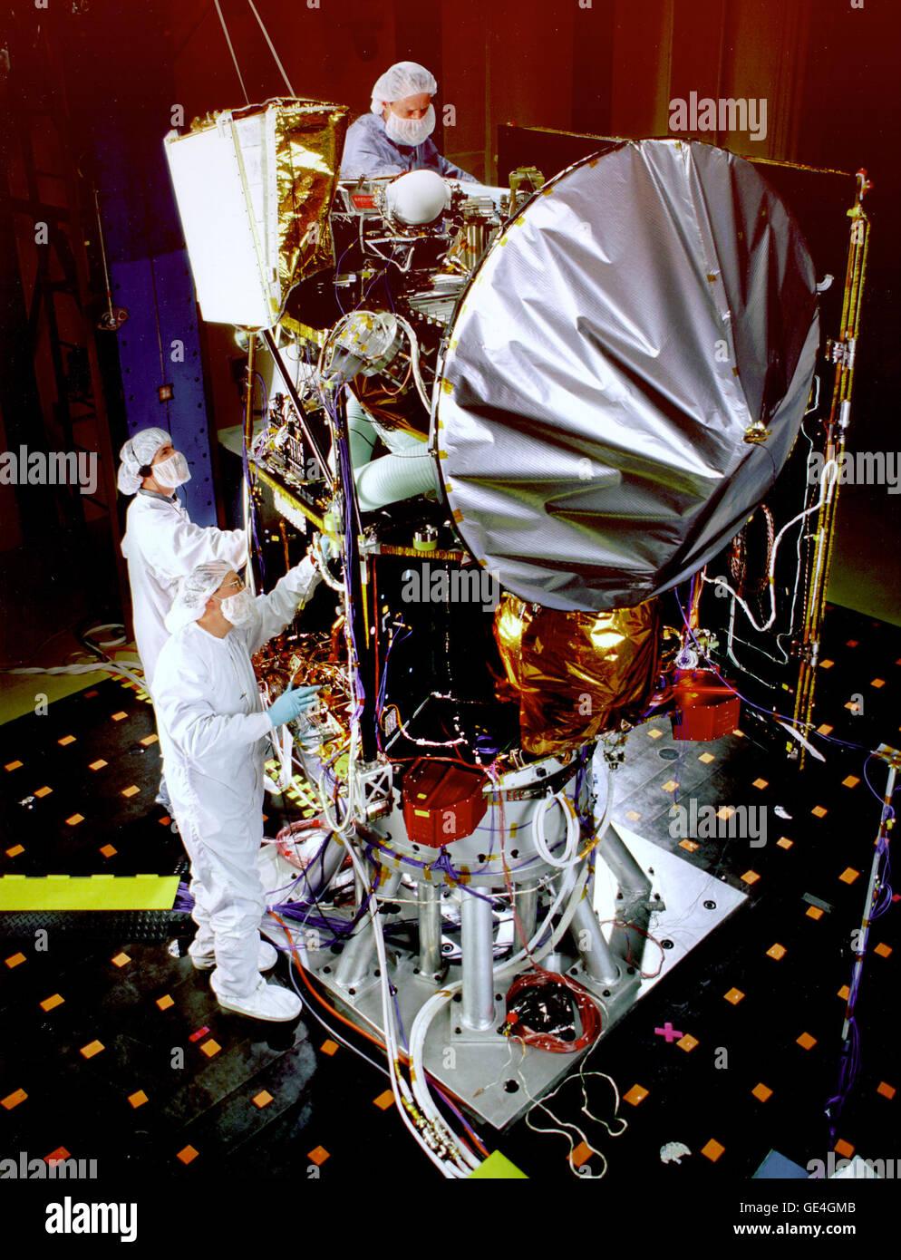 (27 mai 1998) Le 98 Mars Surveyor Orbiter climatique est montré ici au cours de tests acoustiques qui simulent Photo Stock