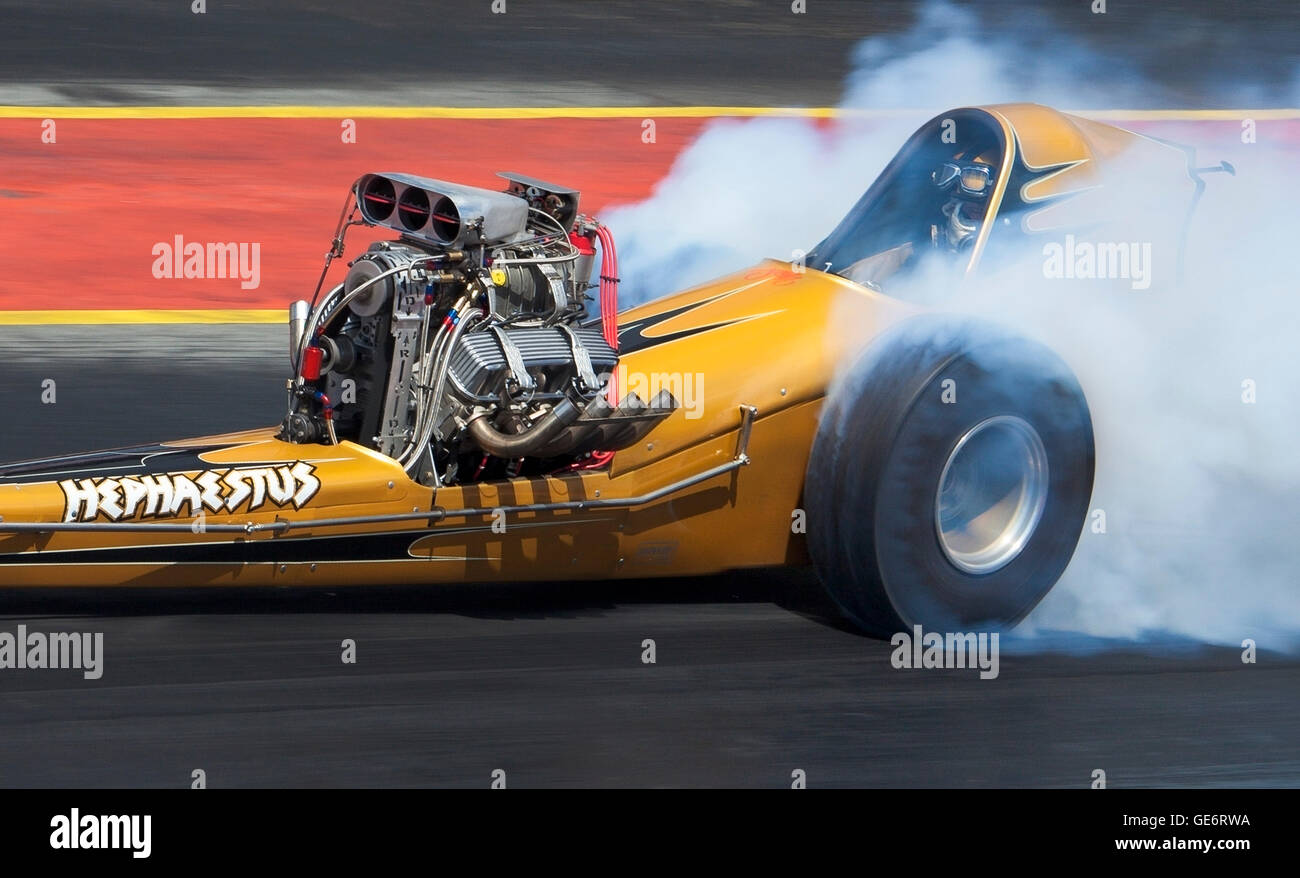 Vintage slingshot dragster mené par Jon Webster à Santa Pod. Photo Stock