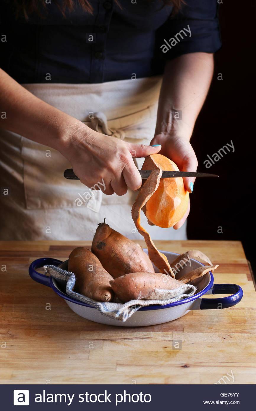 Peler les patates douces d'orange. Photo Stock