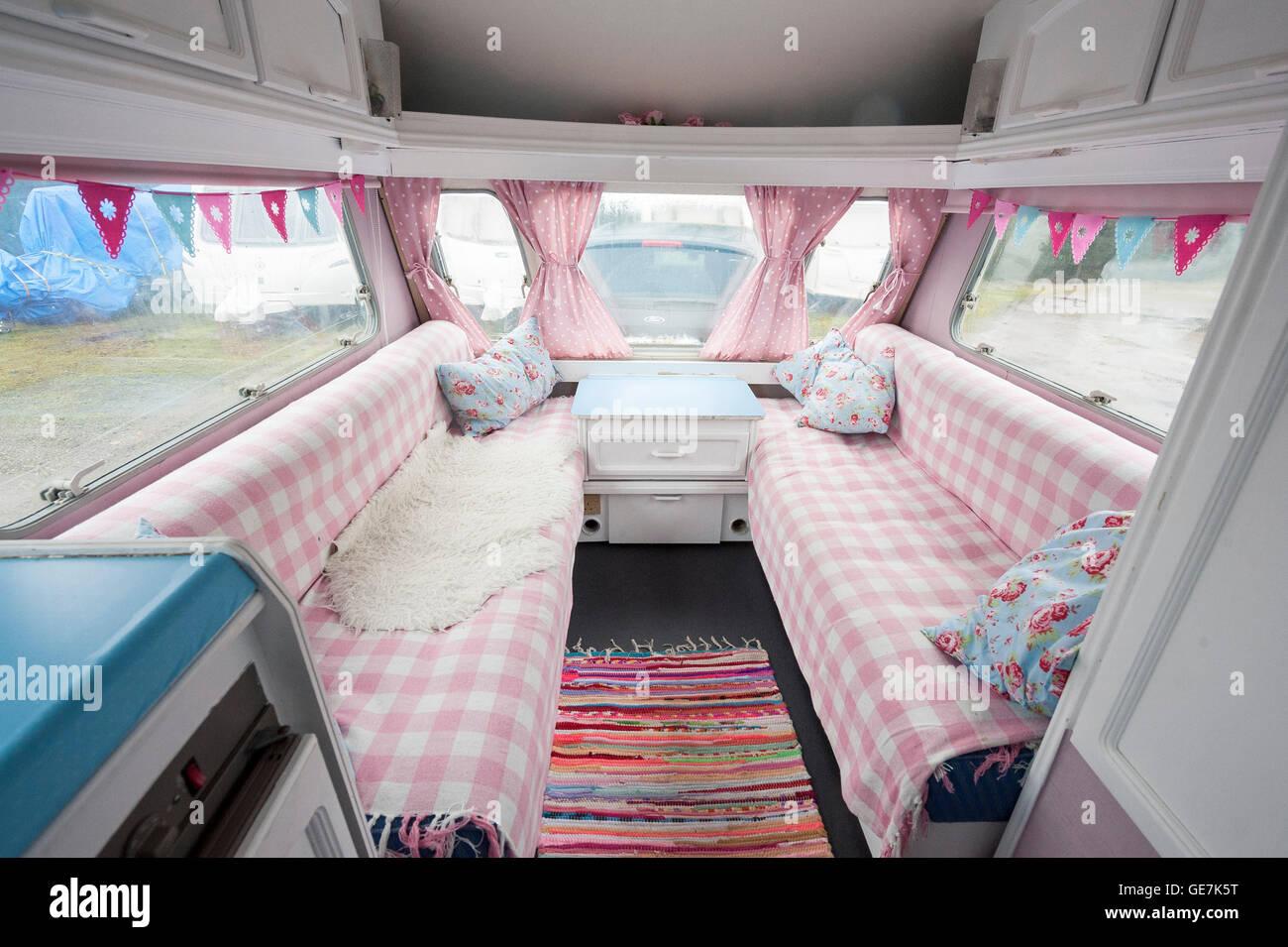 shabby chic vieille caravane rnov avec un design intrieur cath kidston propritaire caravane renforcs pour une nouvelle gnration