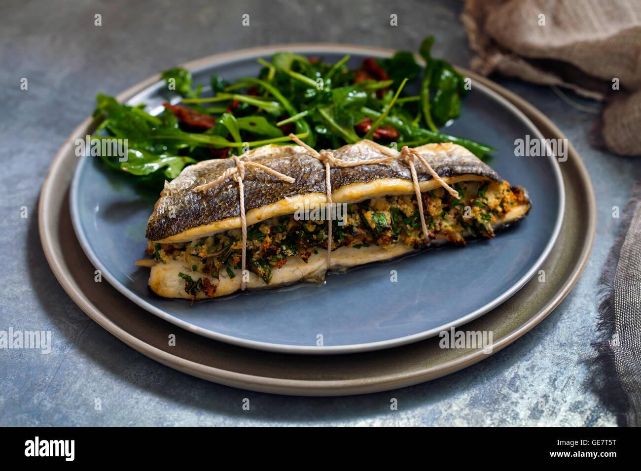Loup de mer farcies avec une salade Photo Stock