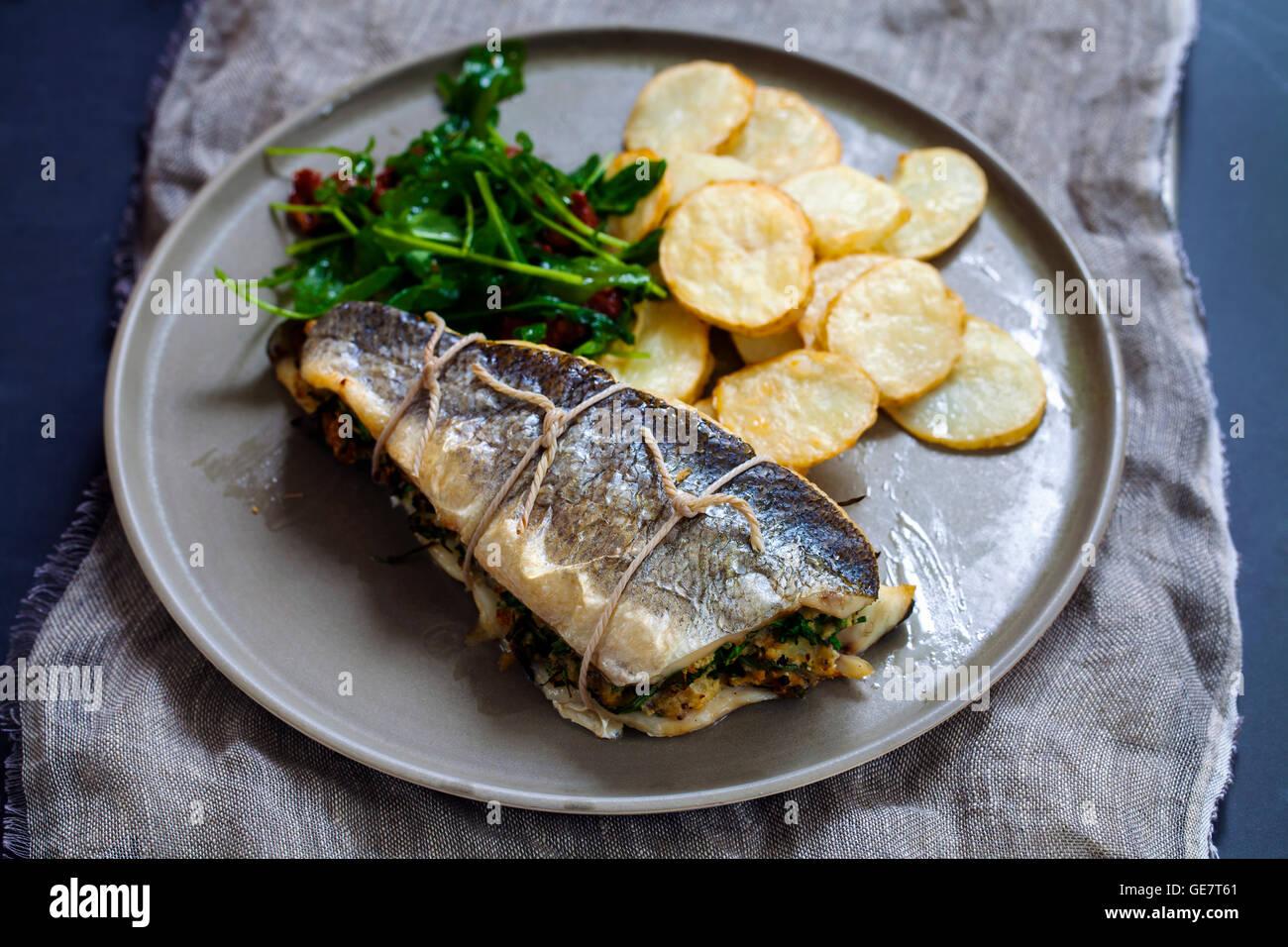 Loup de mer farcies avec salade et pommes de terre Photo Stock