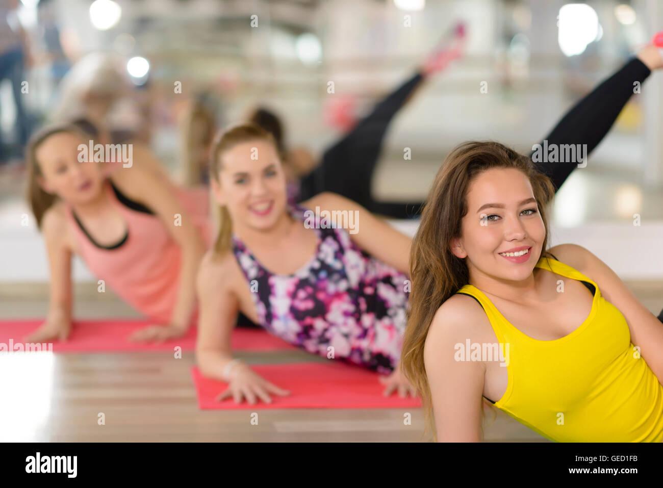 Les jeunes femmes de l'exercice à la salle de sport Photo Stock