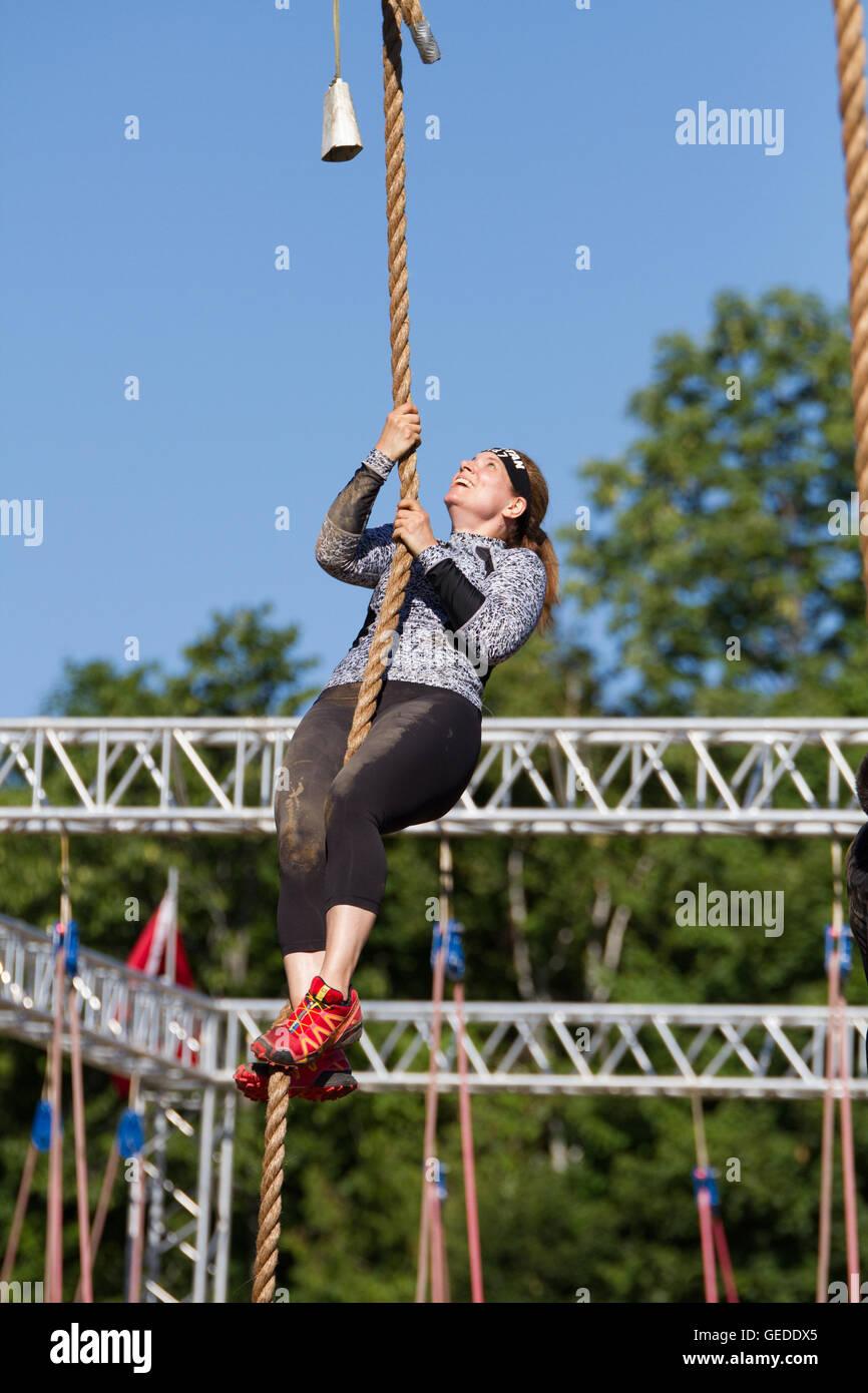 Femme d'âge moyen sur corde Photo Stock