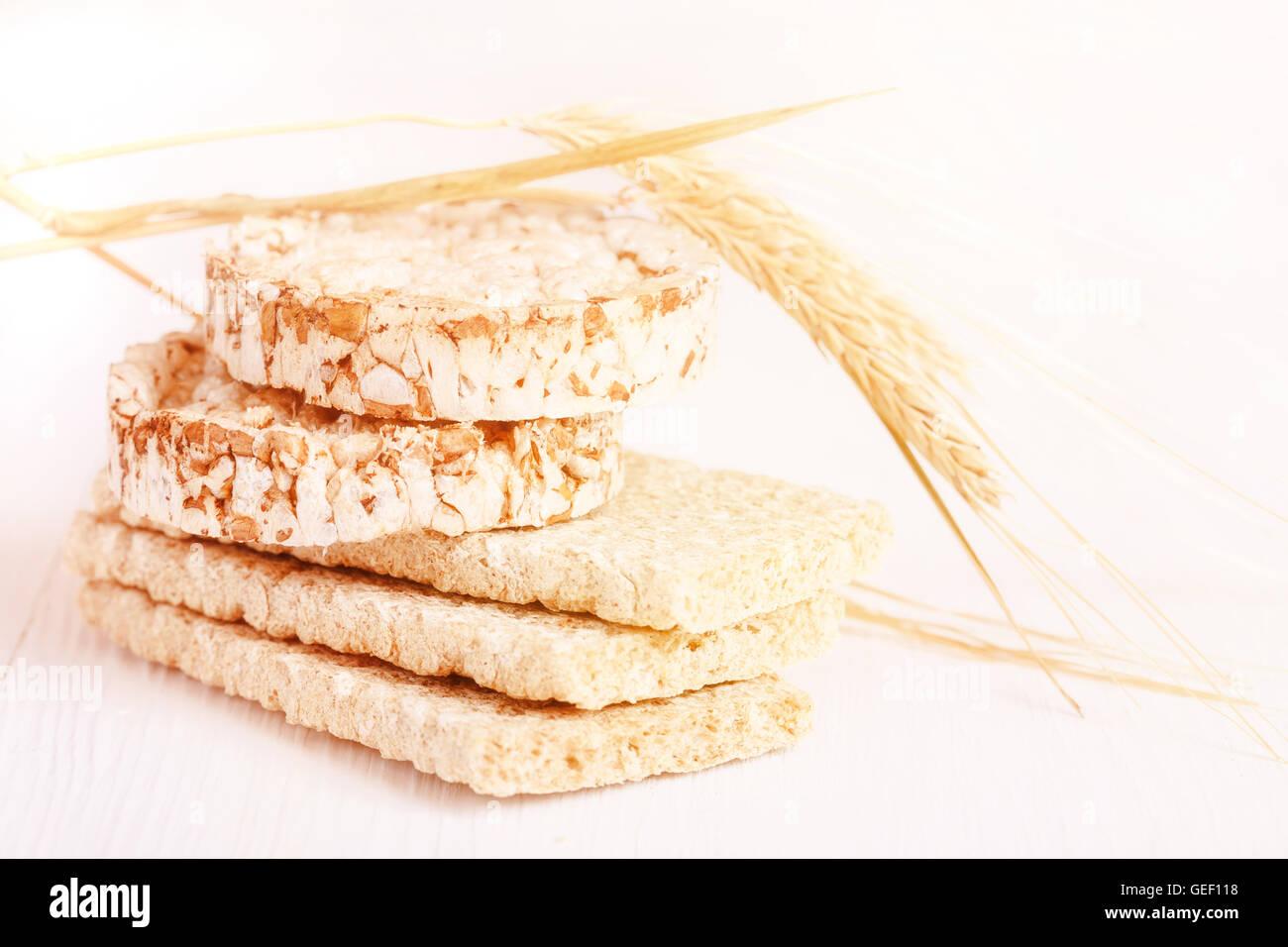 Un régime alimentaire faible apport calorique craquelins de blé sur fond blanc Photo Stock
