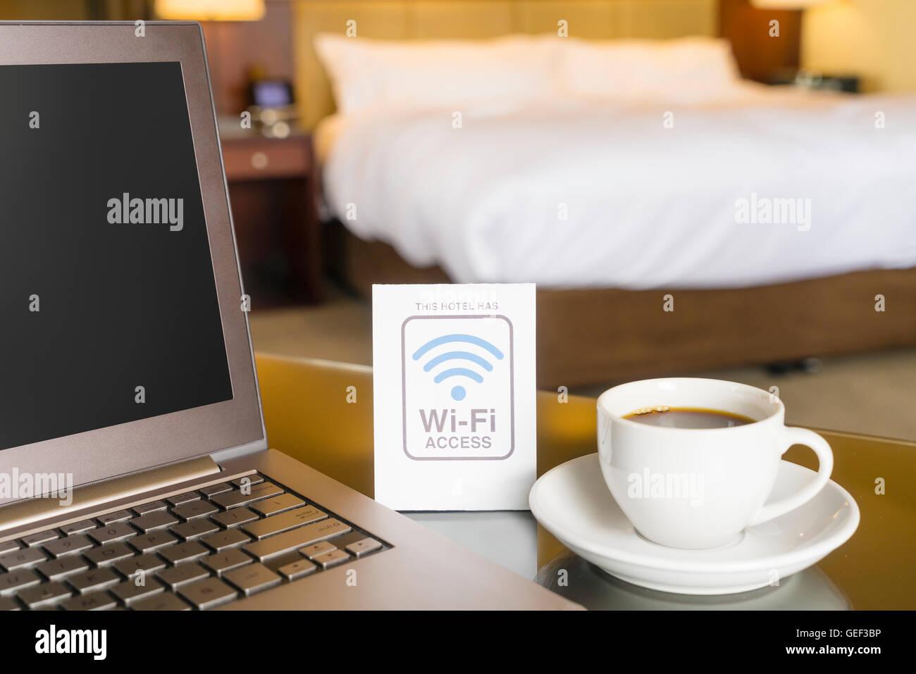 Chambre d'hôtel avec accès wifi connectez-vous Photo Stock