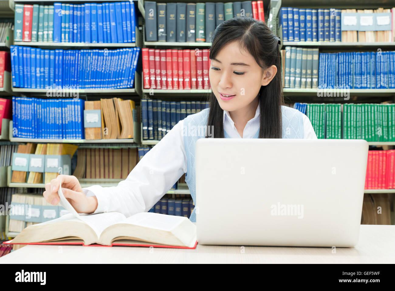 L'éducation, étudiants, personnes concept - étudiant asiatique la lecture et la recherche sur Photo Stock