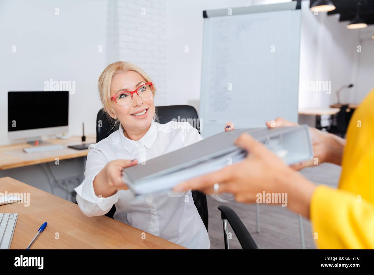 Deux femmes d'affaires travaillant dans le bureau avec les dossiers Banque D'Images