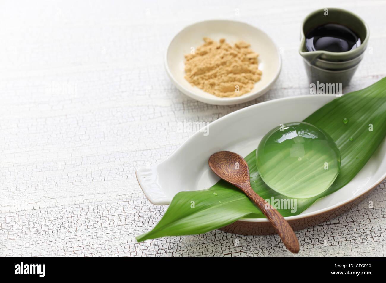 Gâteau de l'eau, goutte de gâteau, shingen mochi mizu, maison d'été japonais dessert Photo Stock