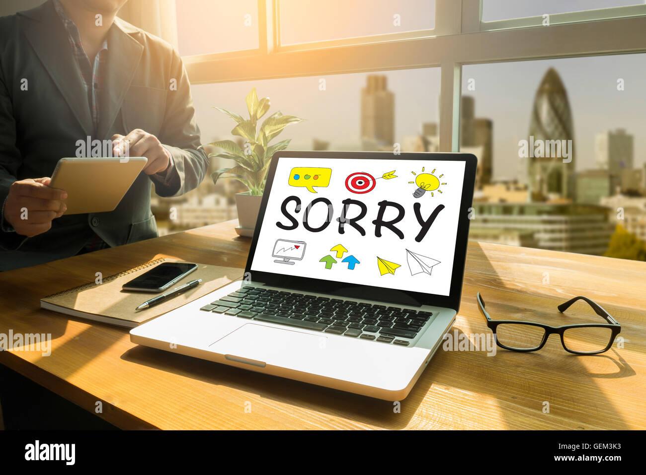 Réfléchis à la personne mâle désolé pour la tablette numérique, écran écran Photo Stock