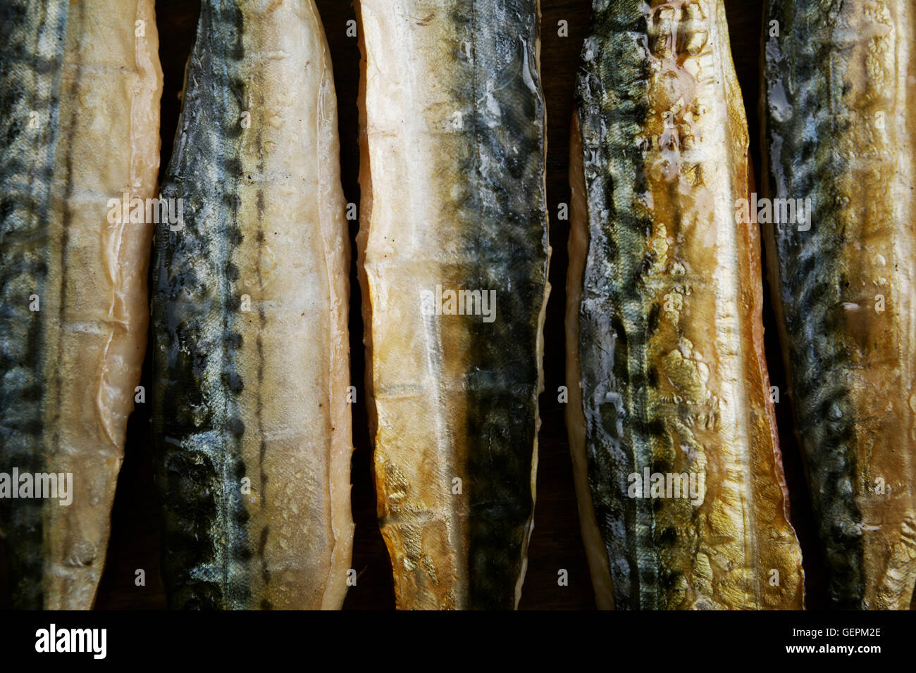 Filets de poisson fumé disposés dans une rangée. Photo Stock