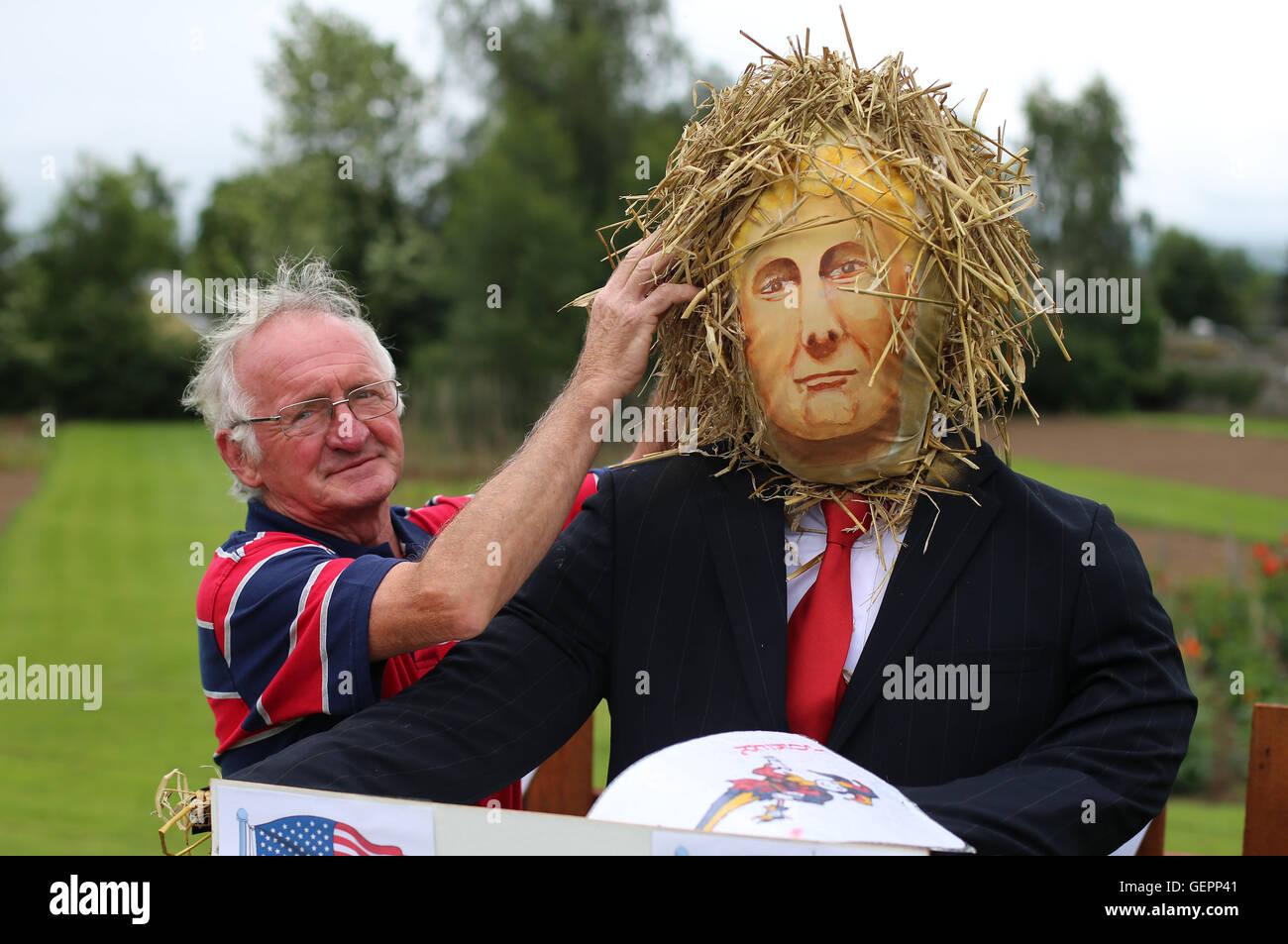 Homme d'affaires local Martin Lawlor ajuste son épouvantail intitulé Atouts du candidat présidentiel américain Donald Banque D'Images