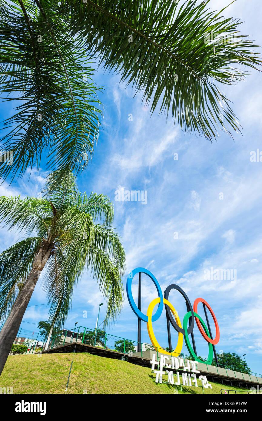 RIO DE JANEIRO - le 18 mars 2016: stand anneaux olympiques sous de hauts palmiers dans le parc Parque Madureira, Photo Stock