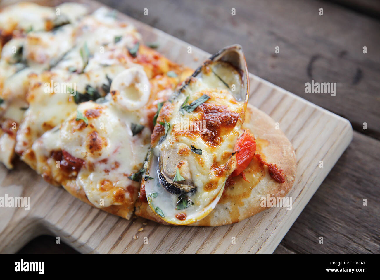 Pizza aux fruits de mer sur fond de bois de la nourriture italienne Photo Stock