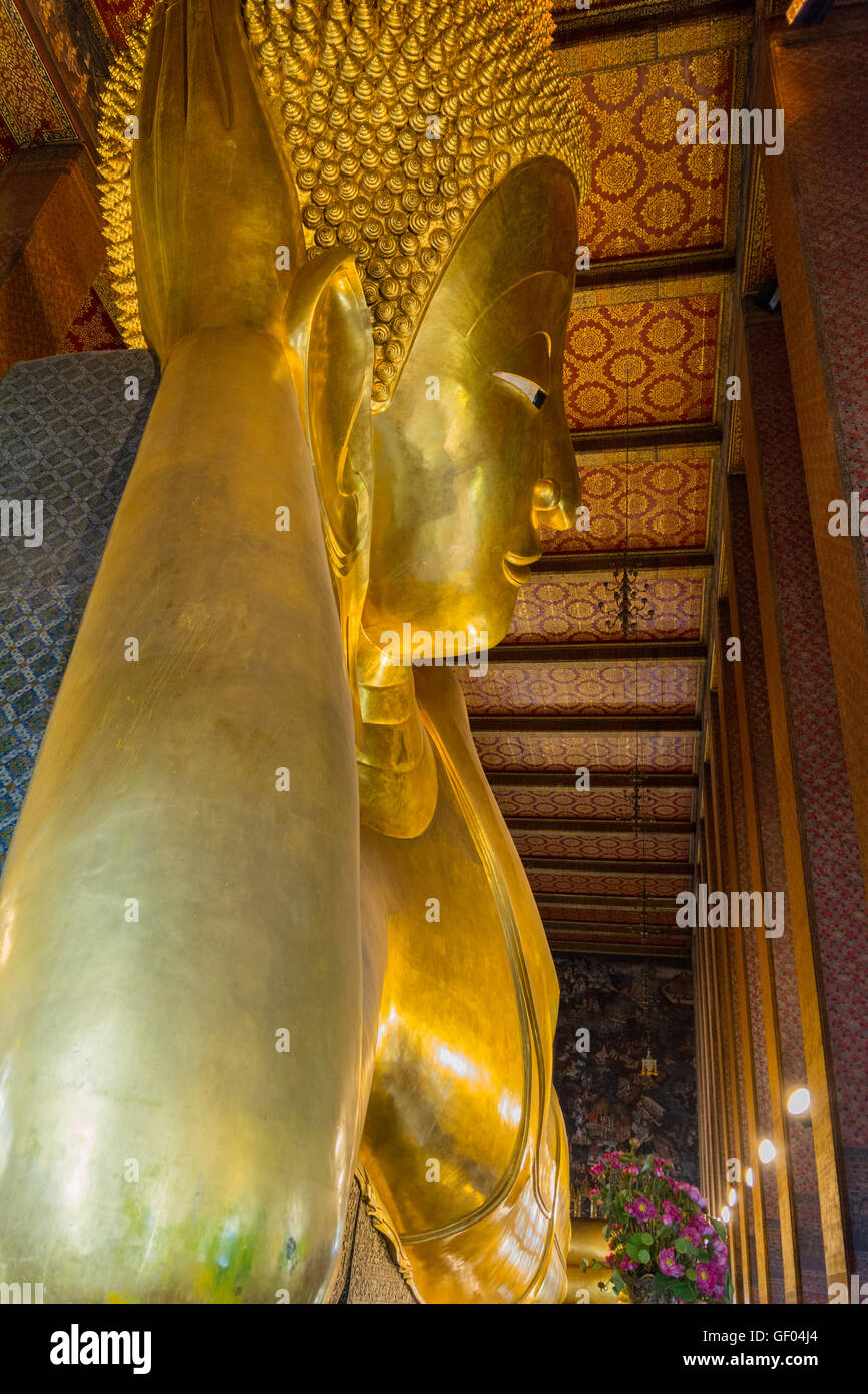 Grand Bouddha couché statue en or de Wat Pho, Bangkok, Thaïlande Banque D'Images