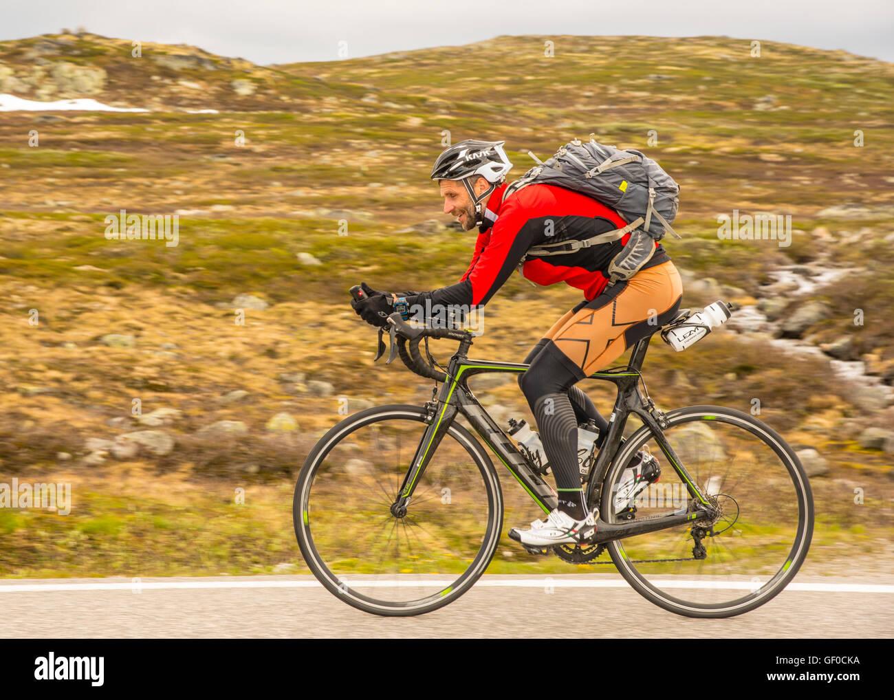 Colportage, cycliste route route 7 Parc national de Hardangervidda à côté du lac, Orteren la Norvège, Photo Stock