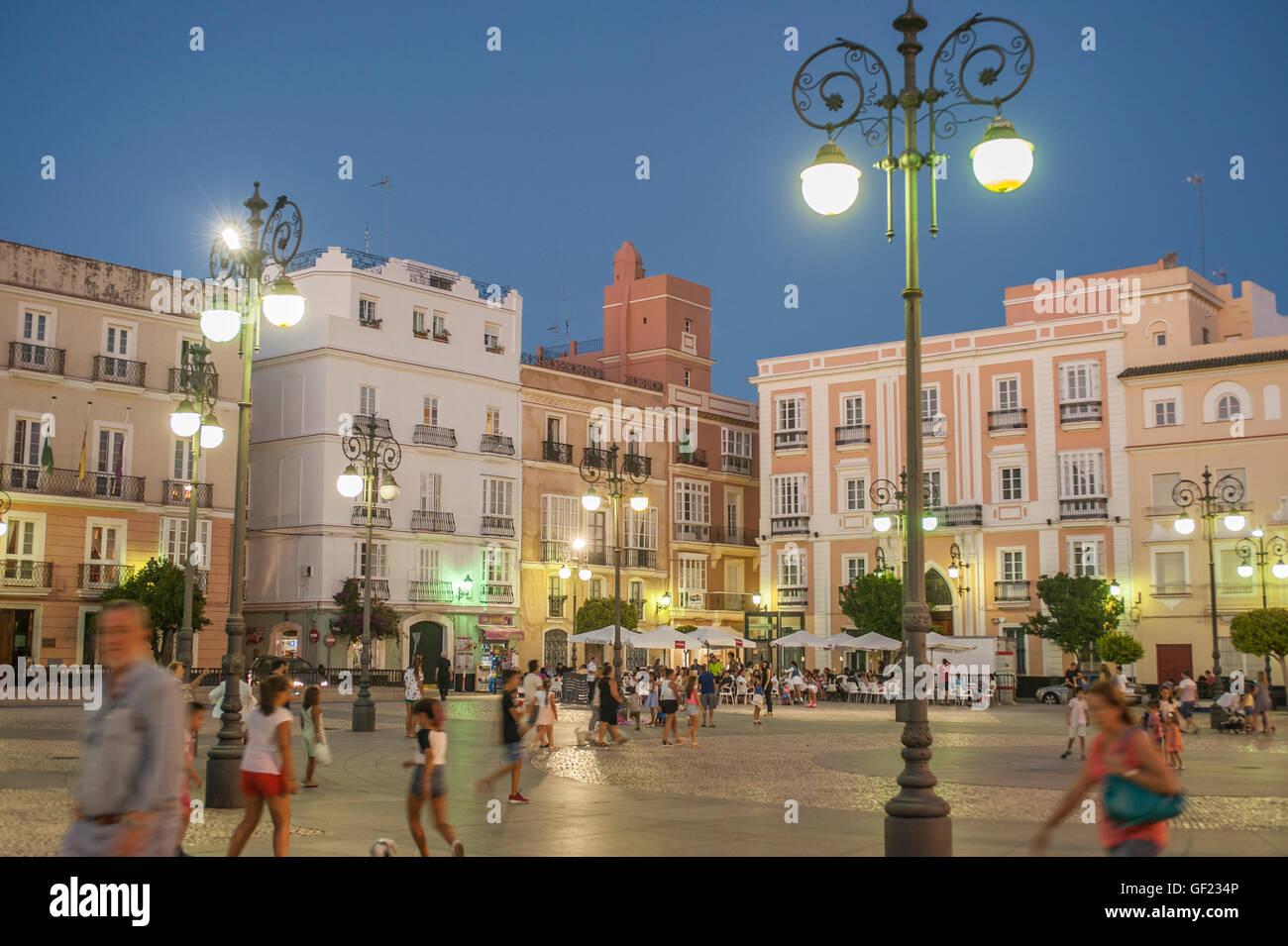 Vue partielle de la Place San Antonio, une place dans le quartier historique de Cadix, au coucher du soleil. Banque D'Images