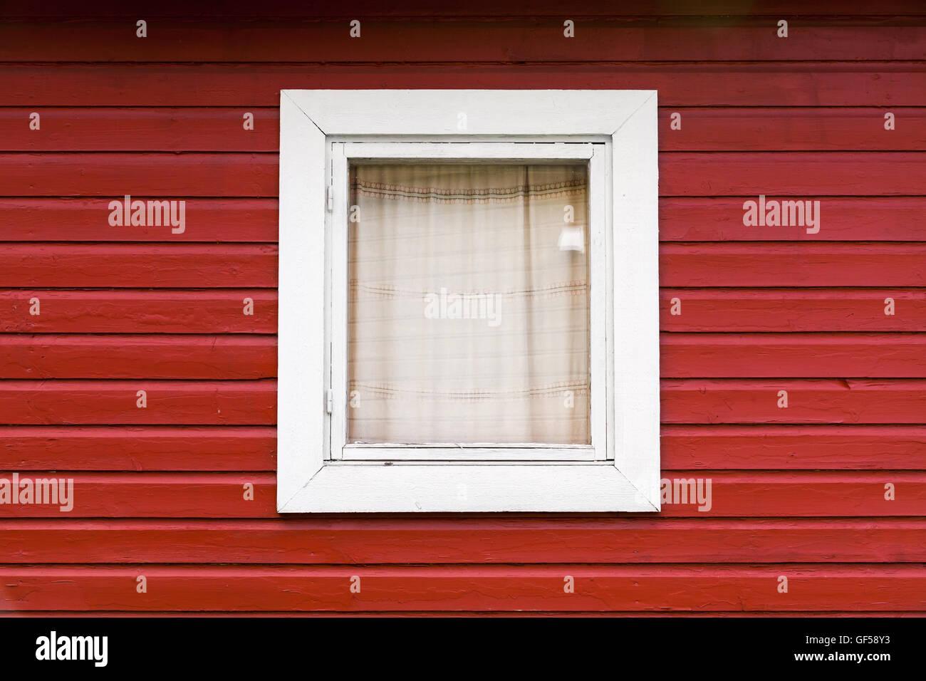 Mur En Bois Rouge Avec Petite Fenêtre Dans Cadre Blanc Typiquement
