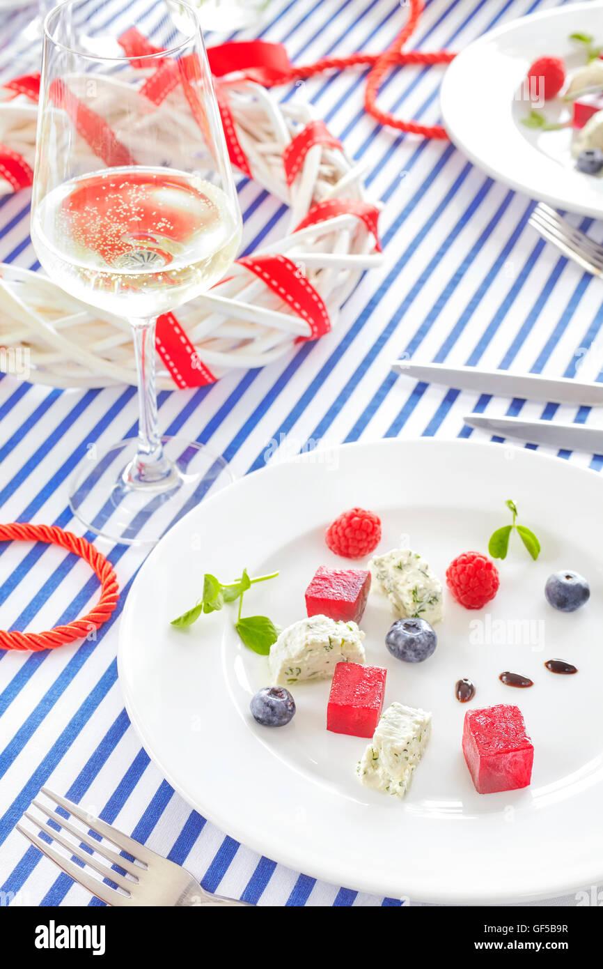 Apéritif fait de la betterave, fromage blanc avec des fruits sur la table à la décoration de style. Photo Stock