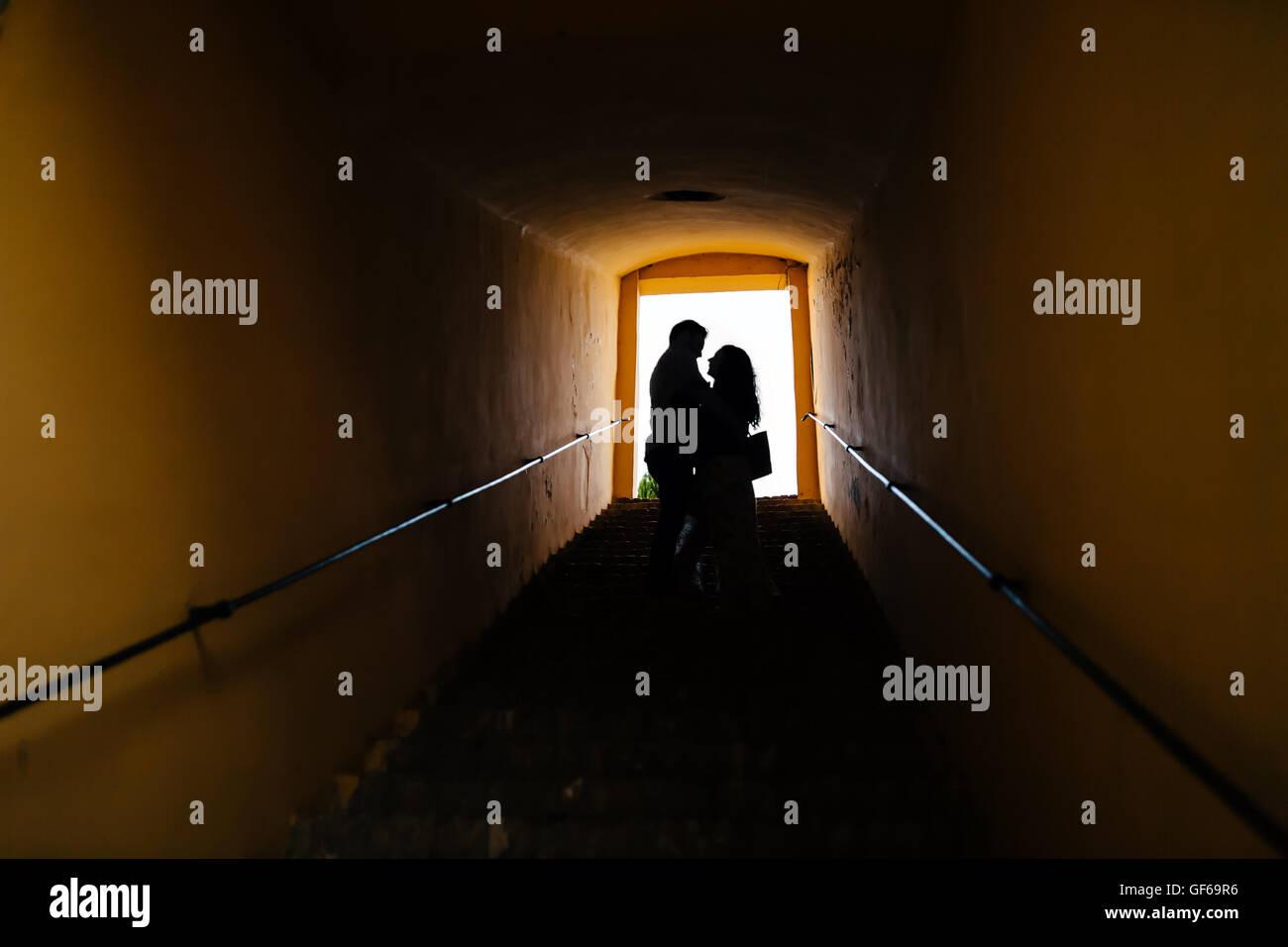 Silhouette d'un couple in love hugging Photo Stock