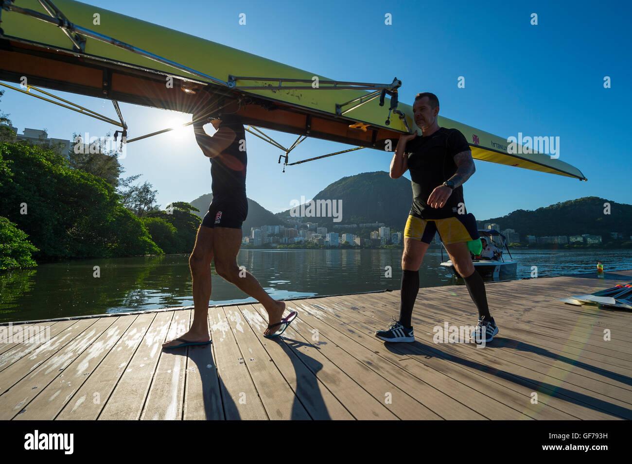 RIO DE JANEIRO - le 22 mars 2016: Après l'entraînement, les rameurs brésilien porter leur Photo Stock