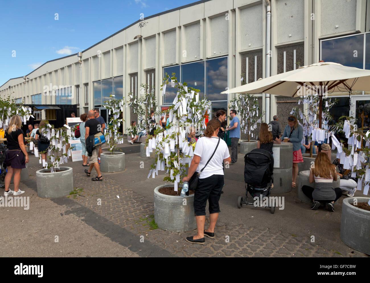 Contemporain de Copenhague de Yoko Ono présente 'Arbre des désirs Jardin' à l'extérieur les anciens entrepôts sur Papirøen, île de papier. Banque D'Images
