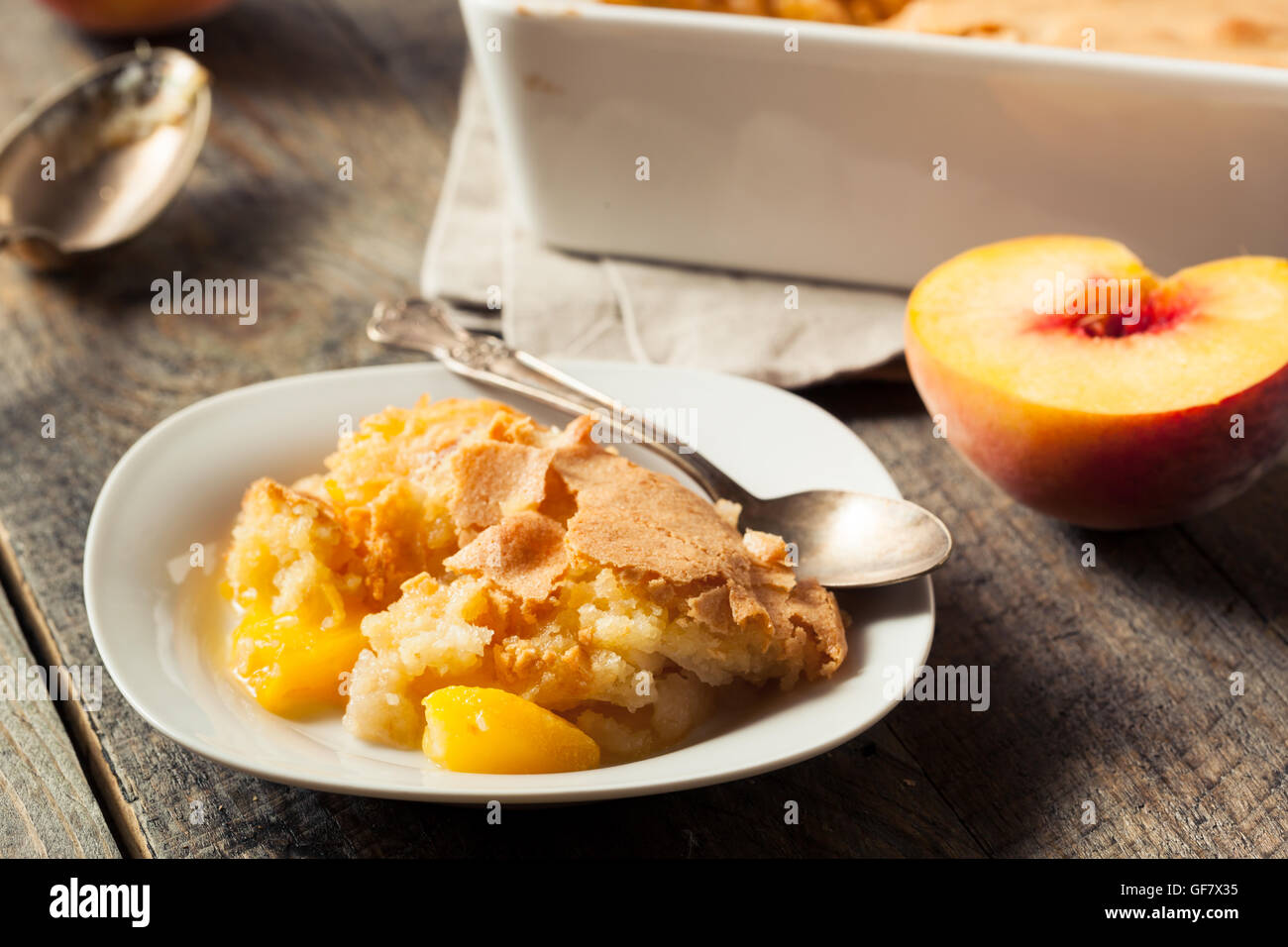 Délicieux petit peach cobbler avec une croûte feuilletée Photo Stock