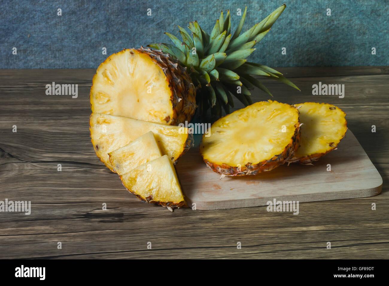 L'ananas sur le fond texture bois Photo Stock