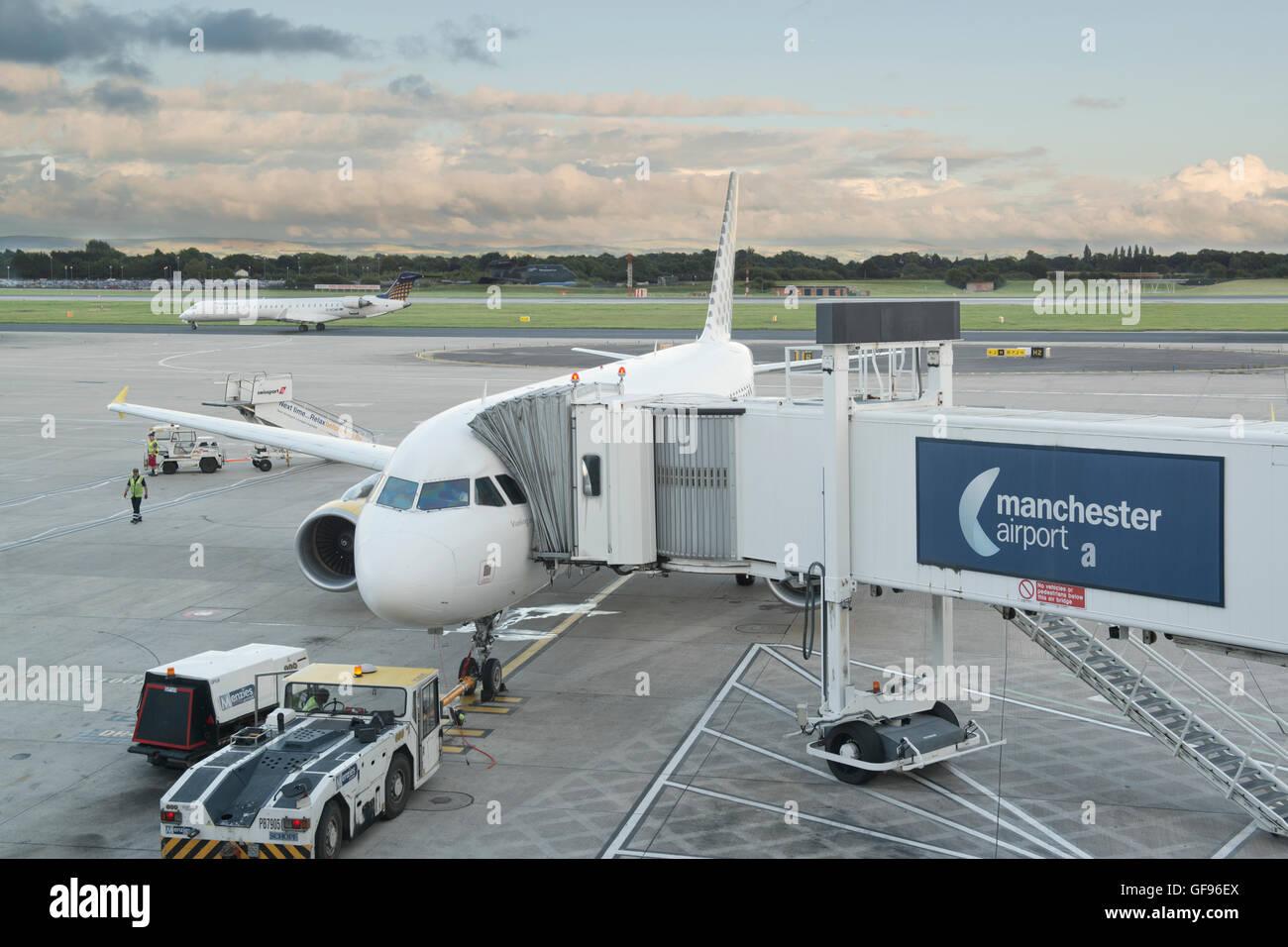 La papeterie est un avion sur le tarmac de l'aéroport de Manchester alors que les passagers et les bagages Photo Stock