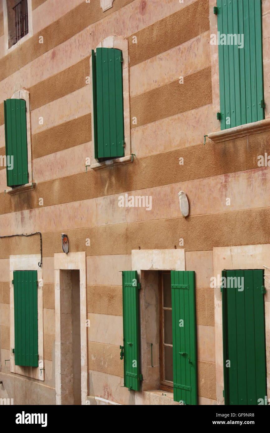 Couleur Volet En Provence volets sur les bâtiments de couleur ocre dans les rues de