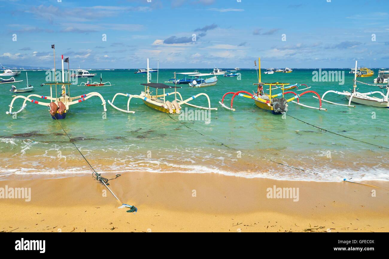 Les bateaux de pêche traditionnels, la plage de Sanur, Bali, Indonésie Photo Stock