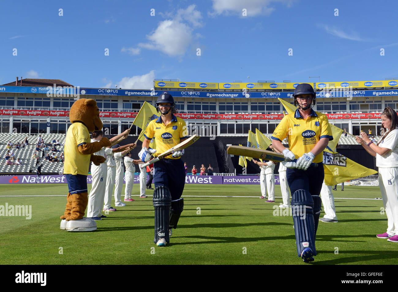 L'équipe de cricket de Warwickshire mesdames ours sortant de bat à Edbaston accueil du Warwickshire Photo Stock