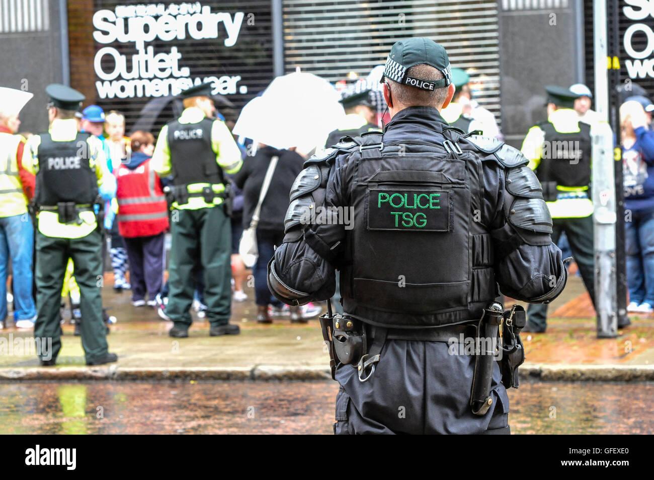 Belfast, Irlande du Nord. 10 août 2014 - Les agents de police gardez une foule de personnes sous contrôle, Photo Stock