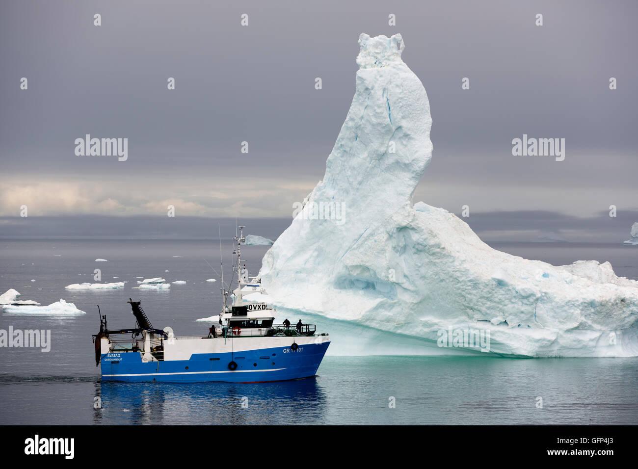 Bateau de pêche, icebert, la baie de Disko, Ilulissat, Groenland. Photo Stock